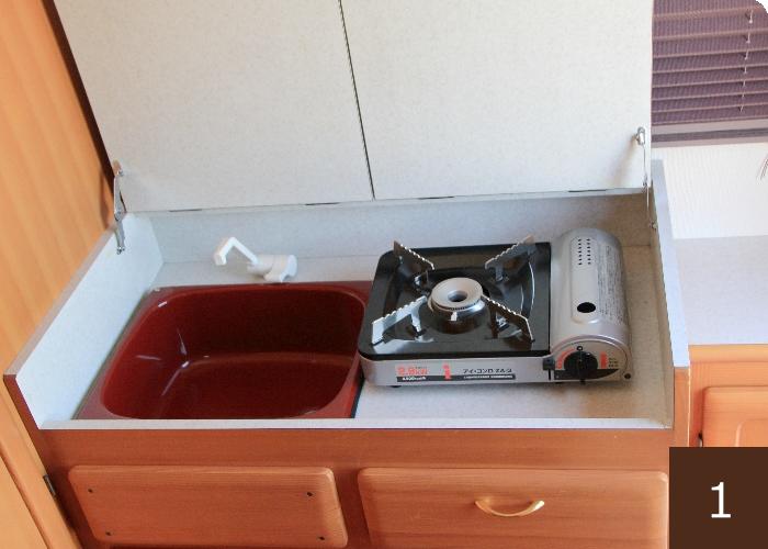簡易キッチン。事前のタンク補充で、水の使用可。カセットコンロで調理もできます。