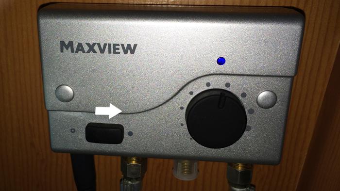 テレビ裏にあるの機器左にある長方形のスイッチを右にスライドさせ、○︎から●へ変更してください。